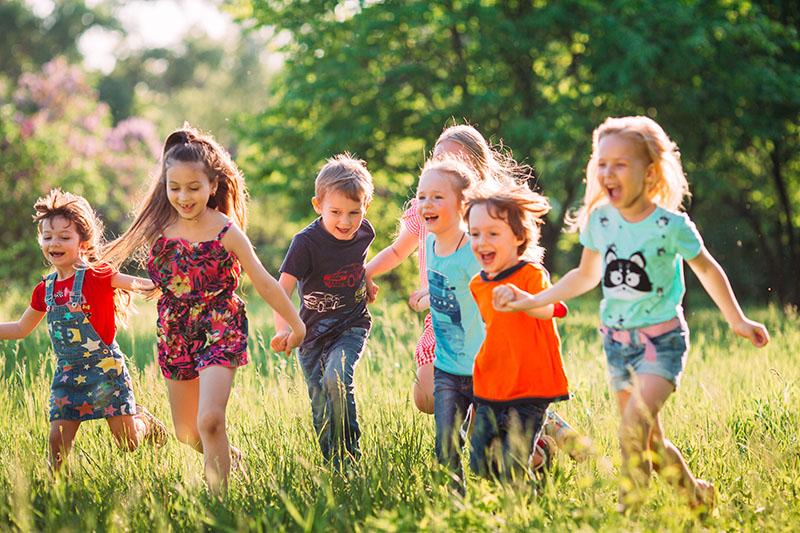 Niños felices corriendo en el bosque Editorial Nadal Edarca